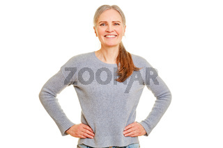 Lächelnde Seniorin mit Händen in der Hüfte