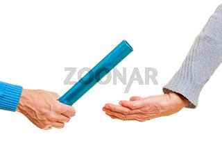 Hände übergeben Staffelstab bei Wettkampf