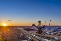 Tagebau und Bagger bei Sonnenuntergang