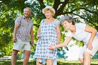 Senioren spielen Boule oder Boccia zusammen