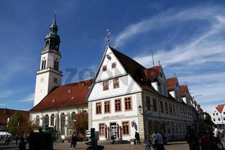 Touristeninformation im alten Rathaus, dahinter die barocke evangelische Stadtkirche St. Marien