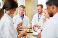 Ärzte essen in Kantine der Klinik