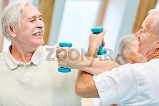 Zwei Senioren messen spielerisch ihre Kräfte