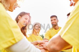 Glückliches Start-Up Team stapelt Hände
