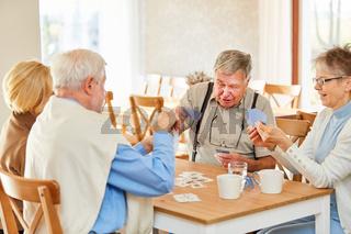 Senioren Freunde spielen Karten im Seniorenheim