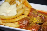 Nahaufnahme Currywurst und Pommes Mayo