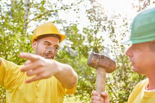 Handwerker machen Teamwork beim Hausbau