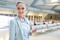 Erfolgreich junge Business Frau mit Smartphone