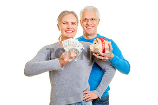 Paar Senioren mit Sparschwein und Euro Geldscheinen
