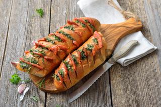 Kräuterbaguette mit Pesto und Salami