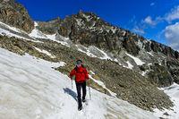 Wanderer überquert ein Schneefeld auf dem Weg zur Orny Hütte, Champex-Lac, Wallis, Schweiz