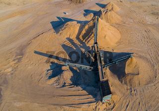 Kiesabbau in einer Kiesgrube bei einem Drohnenflug