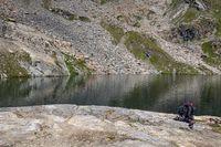 Rucksack auf einem Felsen am See