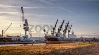 Containerschiff im Hamburger Hafen mit Elbphilharmonie im Hintergrund