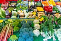 Große Auswahl an frischem Gemüse auf einem Markt
