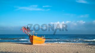 Fischerboot am Ostseestrand bei Rewal