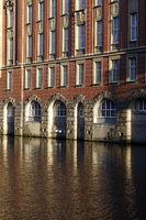 altes Kontorhaus spiegelt sich im Alsterfleet