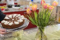 einfache kalorienarme Torte mit Tulpenstrauß serviert - Detail