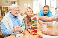 Altenpflegerin kümmert sich um demente Senioren