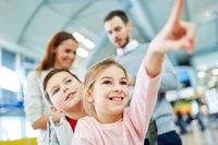 Geschwister Kinder im Flughafen freuen sich