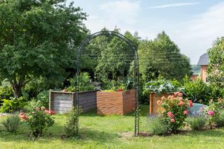 romantischer Garten im Frühling mit Blumen und Gemüse