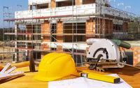 Helm und Werkzeuge auf einer Baustelle