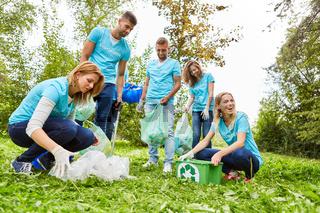 Freiwillige Helfer einer Umweltschutz Gruppe