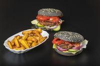 Hamburger auf schwarzem Schiefer