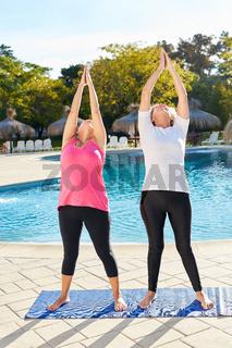 Zwei Frauen machen Stretching oder Yoga