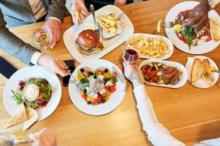 Freunde beim herzhaften Mittagessen im Restaurant