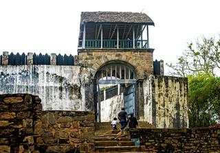 Eingang zur traditionellen festungsartigen Palastanlage (rova) Königshügel von Ambohimanga