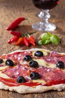 Überblick über eine Pizza mit Wein