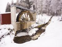 Wasserrad zur Stromerzeugung im Winter
