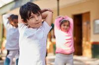 Kinder machen Gymnastik in der Grundschule