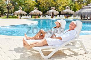 Senioren Paar entspannt am Swimmingpool