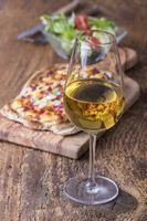 hausgemachte französische Flammkuchen mit Wein