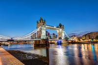 Die Tower Bridge in London während der Abenddämmerung