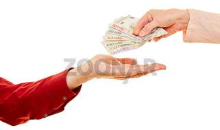 Hände geben Euro Geldscheine als Spende