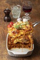 Übersicht über eine gekochte Lasagne auf Holz