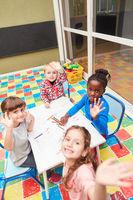 Kinder malen zusammen im Zeichenkurs