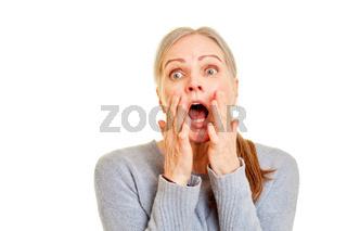 Überraschte Seniorin hat Angst