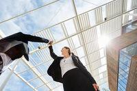 Geschäftsleute machen High Five vor Business Büro