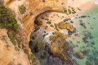 Blick vom Kliff hinunter zu einer Höhle beim Marinha Strand, Algarve, Portugal, Europa