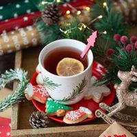Tasse Tee und bunte Plaetzchen