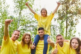 Junge Leute als jubelnde Gewinner Mannschaft