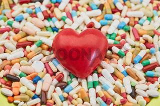 Herz auf Haufen Medikamenten als Liebe Konzept