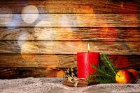 Kerze mit Weihnachtsdekoration und Bokeh