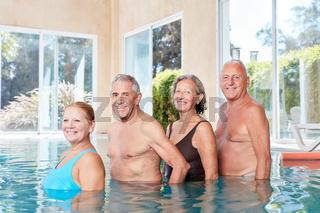 Senioren Gruppe im Swimmingpool