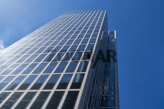 Modernes Hochhaus mit Glasfassade als Bürogebäude