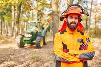 Zufriedener Waldarbeiter mit verschränkten Armen